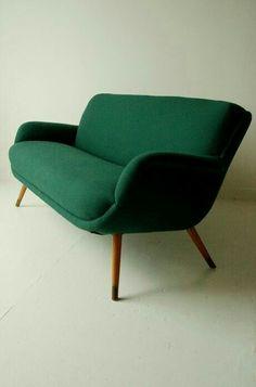 Sofa, More - En ce moment, j'ai envie d'un canapé vert pour mon futur salon. I currently dream of a green sofa for my future livingroom. Retro Furniture, Furniture Upholstery, Home Furniture, Furniture Design, Sofa Design, Interior Design, Take A Seat, Love Seat, Deco Retro
