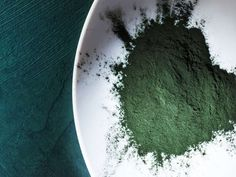 Health : how does it work and is it effective? Spirulina to lose weight? What are the benefits? Spirulina is a type of blue-green algae that people can Best Multivitamin, High Protein Recipes, Protein Foods, Mental Health Diagnosis, Green Algae, Protein Supplements, Fiber Foods, Natural Health Remedies, Recipes
