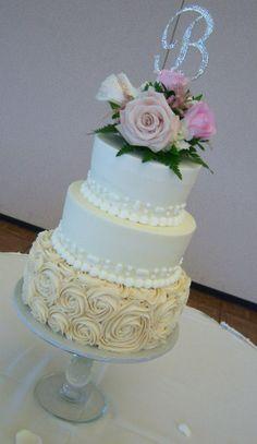 Champagne and white wedding cake. Wedding trends. Simple Cake. Simple wedding. Tiered cake. Rustic wedding. Boho Wedding. Wedding Planning