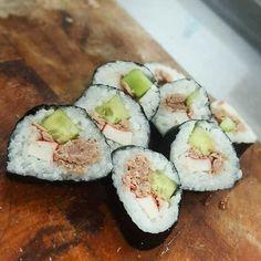 Objednajte v správeTuniak surimi krabia tyčinka a uhorka #susiroma #sushinitra #nitra #sushi #sushilover #crab #cucumber #tuna
