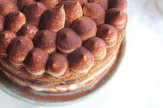 Torta Tiramisù: pan di spagna bagnato con bagna al caffè, due strati di crema e crema al cacao. Ciuffi di crema e cacao amaro. L'alternativa al solito tiramisù molliccio! Da provare!