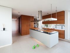 Kuchnia z drewna, drewniane meble kuchenne, wyspa kuchenna. Zobacz więcej na: https://www.homify.pl/katalogi-inspiracji/13557/top-10-w-2014-wyjatkowe-kuchnie