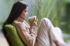 Auf Kaffee verzichten und stattdessen grünen Tee schlürfen – das klingt gesund! Doch der Tee kann auch unerwünschte Nebenwirkungen haben.