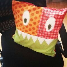 monstruoso cojin con dientes patchwork. Monstruos cushion with teeth  patchwork and quilt.