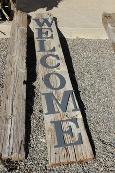 HUGE Front Porch Welcome Sign - The Wood Grain Cottage. Personally, I would use a better piece of wood lol Pallet Crafts, Wood Crafts, Objet Deco Design, Porch Welcome Sign, Front Door Decor, Front Doors, Barn Wood, Pallet Barn, Pallet Wood