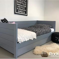 Bedbank Sam is een 100% houten kinderbed.   Bij te bestellen is een slaap/opberglade.