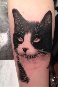 Realistic cat tattoo, by Mia's Tattoovision @ Zwolle, the Netherlands. Black Cat Tattoos, Dog Tattoos, Animal Tattoos, Sleeve Tattoos, Tatoos, Great Tattoos, Trendy Tattoos, Tattoos For Women, Tattoo Gato