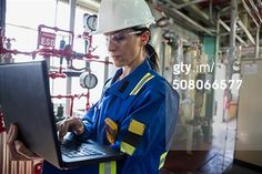 Vrouwelijke engineer met laptop, dynamische pose (kleur, scherp)