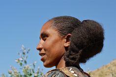 Abessijns plateau - Ethiopië - Ethiopia Langs een mooie bergachtige weg rijden we zuidwaarts naar Kombolcha. Dit is een groene vruchtbare streek en onderweg zien we mannen en vrouwen van de Tigray stam. Het is oogsttijd en bundels met het rijpe koren worden op de rug gebonden en meegenomen naar huis.  Zowel de mannen als de vrouwen doen het harde werk. Onderweg ontmoeten we mensen van de Tigray stam.   Tigrayvrouwen vlechten hun haar in de typische shirubastijl. Het haar wordt in talrijke…