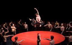 Hanno scritto pagine indelebili nel grande libro della danza, creando stili e coreografie capaci di cambiare per sempre il modo di vivere e interpretare il balletto. Hanno condizionato l'evoluzione di una disciplina antica, tanto complessa quanto affascinante: sono maestri di stile, poeti di una inarrivabile estetica del movimento. Maurice Bejart e Jiri Kilian sono due autentici mostri sacri: va a loro lo spettacolare tributo dell'Opera di Parigi. E quello di Sky Arte HD.
