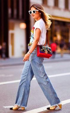 Não tem como negar que a t-shirt é a peça mais amada entre as fashionistas, né? Não à toa está super presente entre os looks mais amados, como este de Thássia Naves, com calça jeans, bolsa vermelha e óculos branco