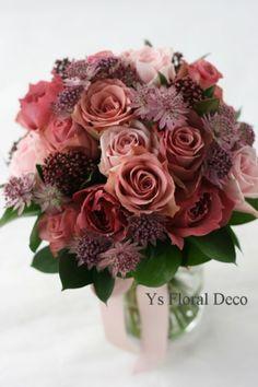 本日お届けのくすんだピンク色のクラッチブーケです。お友達さんの作られた花冠にあわせたトーンのピンクのお花で作りました。小花はアストランティアです。花冠で使...