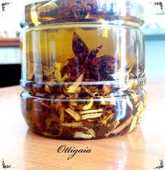Due settimane fa ho preparato questo oleolito......         Ecco come:   ho utilizzato dell'olio d'o...