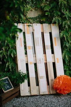 pallet seating chart http://weddingwonderland.it/2015/03/tableau-de-mariage-da-copiare.html