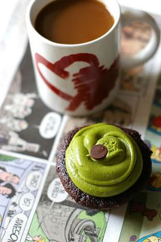 If you are interested in the health benefits of matcha tea, but don't enjoy hot drinks, why not make a smoothie? Here are 4 matcha green tea smoothies to try. Matcha Cupcakes, Matcha Cake, Tea Cakes, Cupcake Cakes, Green Tea Ice Cream, Kawaii Dessert, Green Tea Recipes, Organic Matcha, Matcha Green Tea Powder