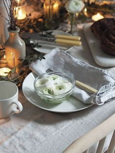 A woodland inspired table setting with fresh greenery - Christmas table styling - Christmas greenery - Christmas place setting ideas Christmas Greenery, Christmas Place, Place Settings, Table Settings, Christmas Dining Table, Fresh Beginnings, Handmade Table, Christmas Breakfast, Flower Delivery
