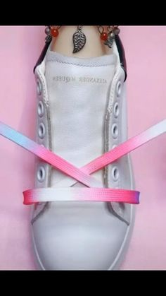 Diy shoelace tying for creative diy shoelaces ideas. Also work for #vans shoes too. #nike #customshoes Ways To Lace Shoes, How To Tie Shoes, How To Lace Vans, Diy Fashion Hacks, Diy Fashion Shoes, Ways To Tie Shoelaces, Shoe Lacing Techniques, Diy Clothes And Shoes, Shoelace Tying