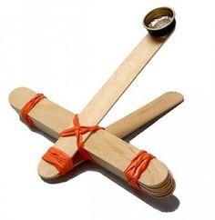Katapult van stokjes en elastieken .