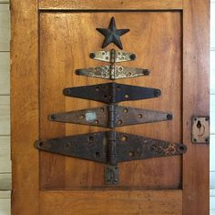 Old cupboard door, hinges and a star from an old barn decoration. Old cupboard door, hinges and a star from an old barn decoration. Primitive Christmas, Country Christmas, Winter Christmas, All Things Christmas, Vintage Christmas, Christmas Holidays, Christmas Decorations, Christmas Projects, Holiday Crafts