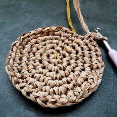Crochet basket 509399407849640567 - Difficulté Source by lisettelefebvre Crochet Diy, Crochet Poncho, Rainy Day Crafts, Diy Gift Baskets, Crochet Decoration, Handmade Christmas Gifts, Knitting Stitches, Basket Weaving, Jute Crafts
