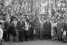 Martin Luther King e migliaia di attivisti marciano pacificamente da Selma a Montgomery. È il 25 Marzo 1965. fonte: NewYorker.com