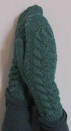 Free mitten pattern from Ravelry, I love the cables used.