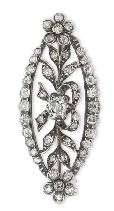 A diamond brooch  C. 1900. 14 ct. yellow gold with silver. Open worked and with floral ornaments, decorated with 51diam. in antique and old cut of varying sizes in total c. 0,90 ct. W-Crys.vvsi-si/P. 4,2 x 1,8 cm.