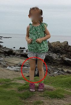 Are these the boots of a dead SAMURAI? Ghostly image of a pair of feet behind a little girl standing on a Japanese shore Images Terrifiantes, Ghost Images, Real Ghost Photos, Creepy Ghost, Scary, Image Triste, Paranormal Pictures, Ghost Paranormal, Unicornios Wallpaper
