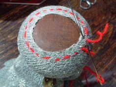 それでは実際に装飾ダーニングに挑戦してみましょう!ここからは、靴下の穴を補修するダーニングの手順をご紹介します♪まずは靴下をダーニングマッシュルームにかぶせて、穴が中央になるようにセットします。(下の部分はヘアゴムで縛って、固定するとやり易いです♪)
