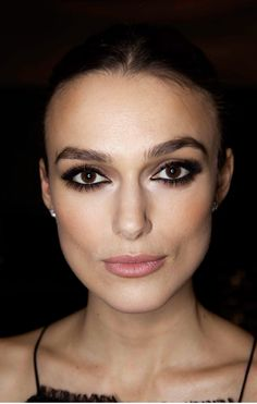 Keira Knightley Intense dark defined evening makeup with false lashes. Olho esfumado com cores escuras bem marcado e batom cor de boca