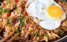 How to make spicy Indonesian fried rice. Side Dish Recipes, Rice Recipes, Asian Recipes, Cooking Recipes, Ethnic Recipes, Nasi Goreng, Healthy Meals For Kids, Healthy Eating, Healthy Recipes