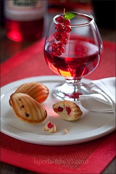Madeleine with red currant and vanilla
