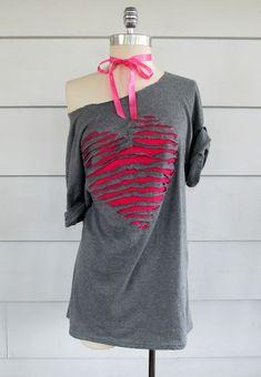 """WobiSobi: """"Re-Style # 56 en forma de corazón, fuera del hombro Tee-Shirt"""