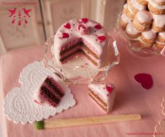 Valentine's Day Cake - Dollhouse miniature in 1:12 scale by Hummingbird Miniatures