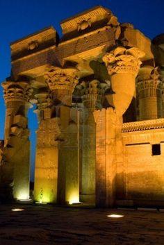El templo de Sobek iluminada en Kom Ombo sobre el río Nilo, Egipto