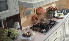 Tutto lo stile dei mobili da cucina di una volta. Il disegno, lo schema, i pensili, le ante e di molti dettagli richiamano la cucina...