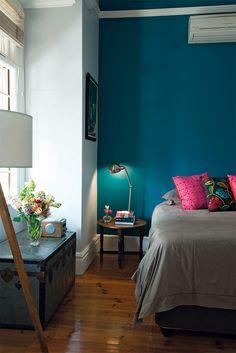 Peinture bleue sombre derrière le lit
