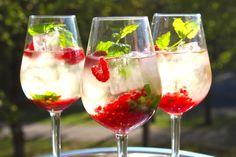 Sommardrink med cava, fläder och hallon | Daniel Lakatosz matblogg Acholic Drinks, Summer Drinks, Cocktail Drinks, Beverages, Cocktails, Fruit Smoothies, Healthy Smoothies, Wedding Food Catering, Ice Cream Smoothie