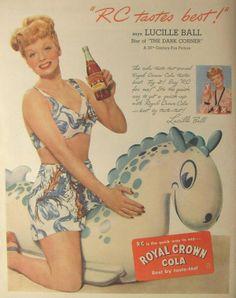 """Royal Crown Cola, el refresco de las estrellas Ad. Lucille Ball.Royal Crown introdujo en su publicidad el método """"Best by taste test"""" o los test ciegos de refrescos de cola en el año 1941, utilizando para las pruebas ciegas a las más importantes celebridades del cine. Estrellas como Lucille Ball, Loretta Young, Joan Crawford, Lauren Bacall, Shirley Temple, Barbara Stanwyck, Hedy Lammar entre otras muchas fueron participes de la campaña"""