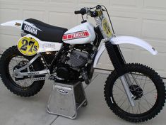 Building a 1981 Yamaha Factory Replica. Vintage Bmx Bikes, Vintage Motocross, Old Bikes, Youth Dirt Bikes, Cool Dirt Bikes, Yamaha Motocross, Motorcross Bike, Bike Challenge, Old School Motorcycles