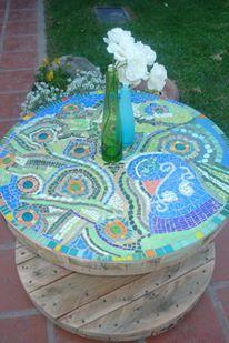mesa con rueditas: carretel de cable intervenido con azulejos, venecitas, vidrios, gemas, etc.