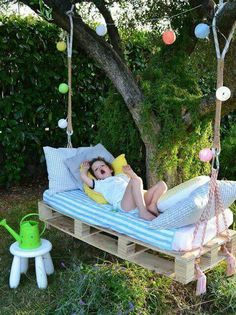 Pallet hammock for kids. Cute idea.