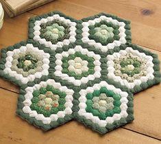 秋に作りたい緑色の六角形ピースでつないで作るミニキルトの作り方(パッチワーク) | ぬくもり #パッチワーク #秋 #花 #キルト #六角 #キルティング #ミニキルト #はぎれ #手作り #作り方 #ハンドメイド #手芸 #NUKUMORE