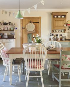 Shabby to Chic: Five Ways to Revamp and Modernize Your Shabby Chic Room - Sweet Home And Garden Shabby Chic Kitchen, Shabby Chic Homes, Kitchen Decor, Cottage Kitchens, Home Kitchens, Country Kitchens, Shabby Chic Zimmer, Cosy Home, Estilo Country