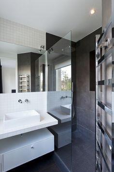 Дизайн небольшой ванной: как использовать пространство и 80+ функционально продуманных интерьеров http://happymodern.ru/dizajn-vannoj-komnaty-3-kv-m-foto-2/ Разделение цветом отдельных зон в интерьере ванной комнаты