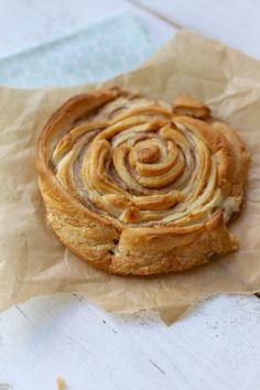 Grote kaneelrol Benodigdheden:  1 blikje croissantdeeg voor 6 grote croissants (albert hein?) 50 gr zachte boter suiker kaneel