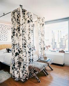 Le fait d'entourer votre lit de rideaux rendra votre chambre beaucoup plus belle
