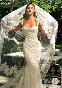 Romantyczna, koronkowa suknia ślubna z pięknym welonem...