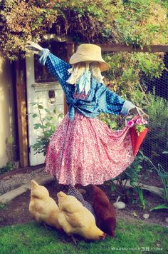 Clever scarecrow made using a mop (from Farmhouse38)