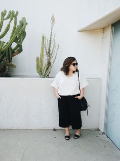 Minimalist black and white Monday outfit // A Week Of Minimalist Uniform Outfits With Jasmine Hwang From The Pleb Life on The Good Trade Black Cropped Pants, Black Overalls, Black Ripped Jeans, White Summer Outfits, Simple Outfits, Outfit Summer, Casual Summer, Summer Shoes, White Midi Skirt
